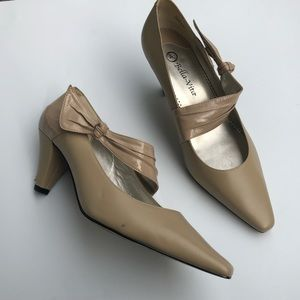 Bella Vita Beige Leather Dress Shoes. Size 9.5 WW.